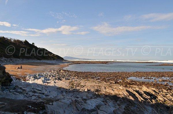 Marée basse sur la plage de la baie des Alcyons de Guéthary