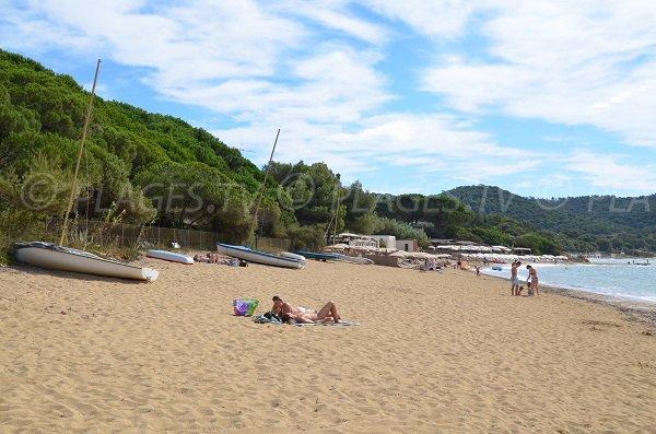 Vue sur la plage de Gigaro depuis la plage d'Héraclée