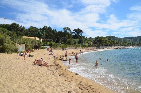 Début de la plage de Gigaro depuis la plage d'Héraclée