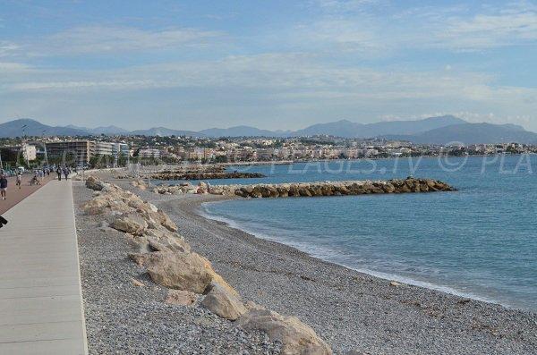 Vue en direction de Cagnes sur Mer et de Nice depuis la plage de l'hippodrome