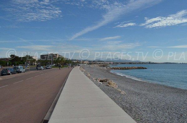 Promenade et place de parking le long de la plage de l'hippodrome à Cagnes sur Mer