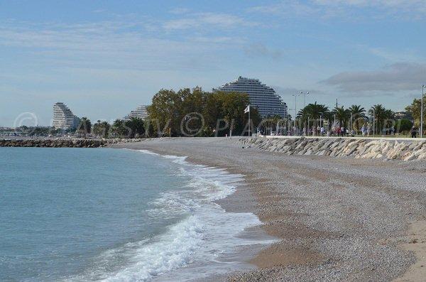 Plage de l'Hippodrome de Cagnes sur Mer côté Villeneuve-Loubet avec vue sur la marina Baie des Anges