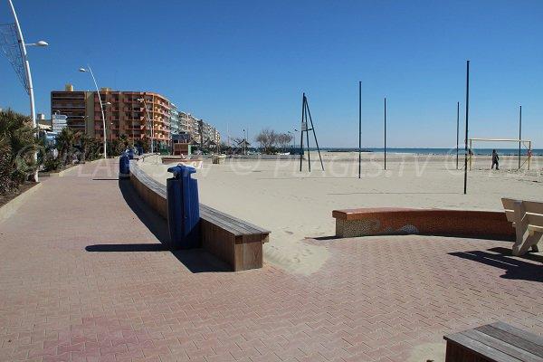 Promenade le long de la plage de l'hôtel de ville à Palavas