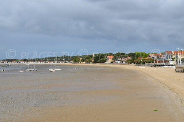 Photo de la plage dans le centre ville d'Andernos les Bains