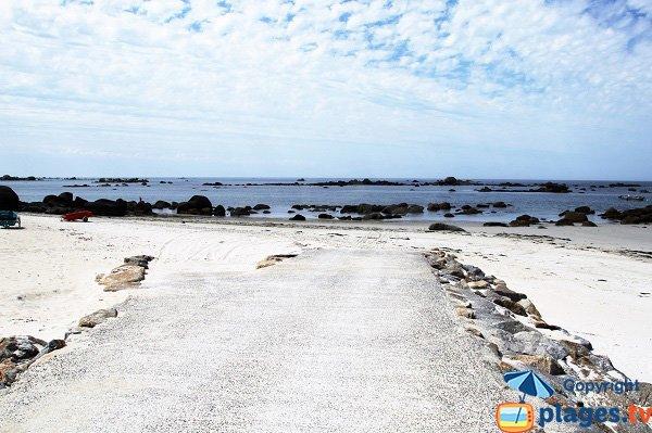 Cale de mise à l'eau sur la plage de Karreg Hir - Kerlouan