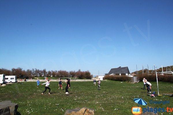 Terrains de sport à côté de la plage du Kelenn de Carantec