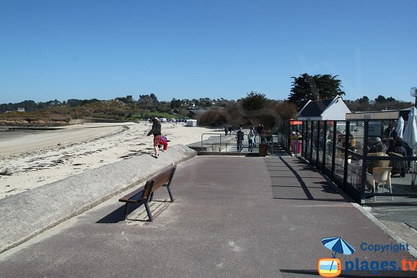 Promenade le long de la plage de Carantec