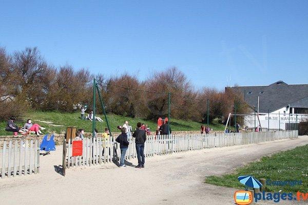 Aire de jeux pour les enfants à côté de la plage du Kelenn