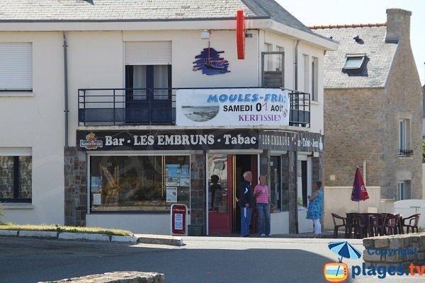 Commerces autour de la place du Port de Cléder