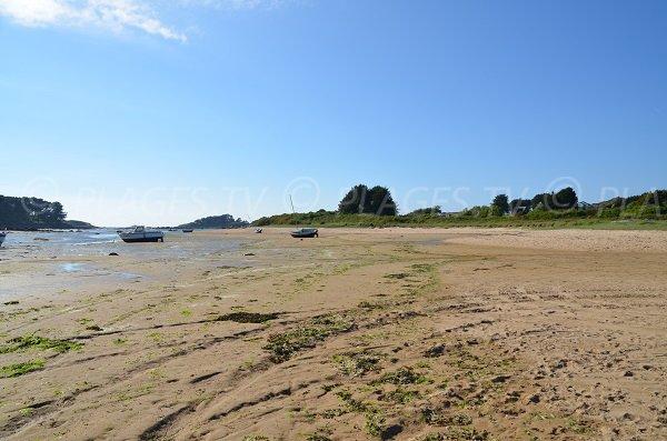 Bay of Kerlavos at low tide in Trégastel