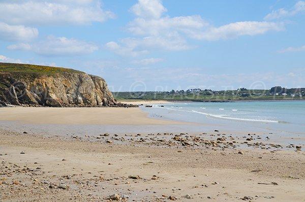 Photo de la plage de Kerloch avec vue sur la plage de Kersiguénou