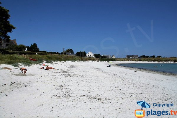 Habitations autour de la plage de Kerurus à Plounéour-Trez