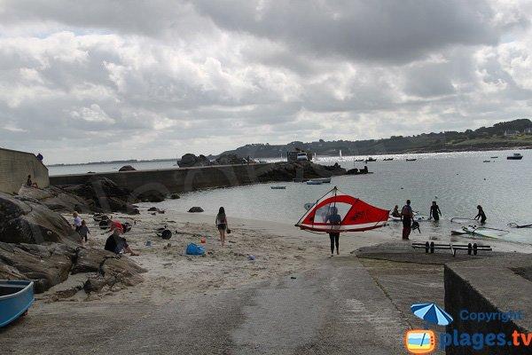 Plage avec des activités nautiques à Plouguerneau