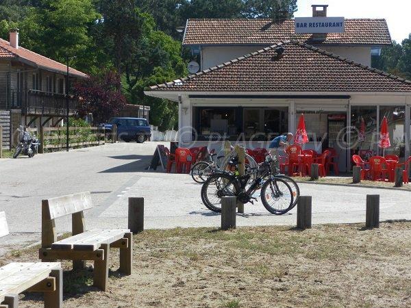 Restaurants et commerces au bord du lac de Cazaux