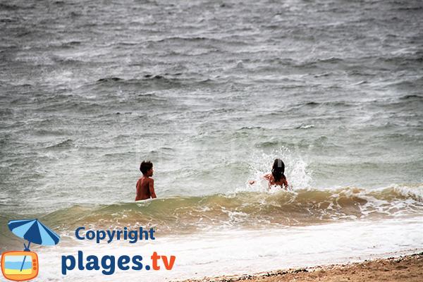 Baignade sur la plage de Landrezac - Damgan