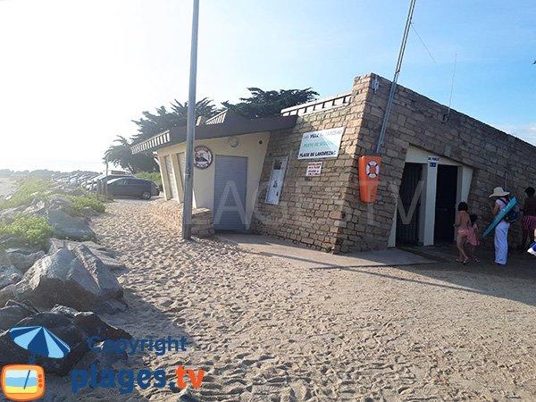 Douche sur la plage de Landrezac à Sarzeau