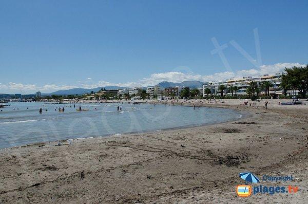 Alta spiaggia di sabbia nei pressi di Nizza