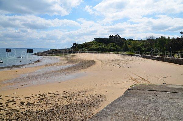 Plage de sable à Lanvéoc dans la rade de Brest