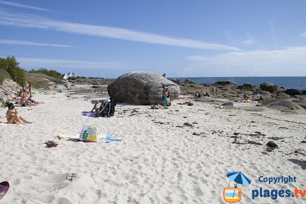 Gros rochers sur la plage du Large à Concarneau