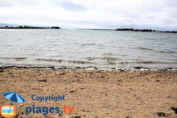 Plage avec une mer calme à Damgan