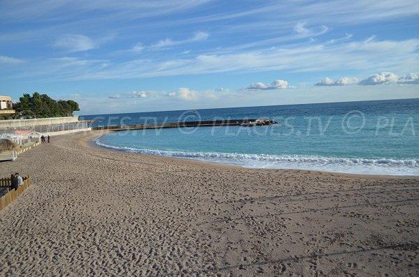 Plage de sable à Monaco à l'est de la plage (côté Roquebrune)