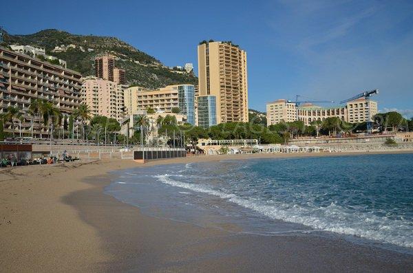 Vue sur la plage de Monte-Carlo depuis la digue centrale