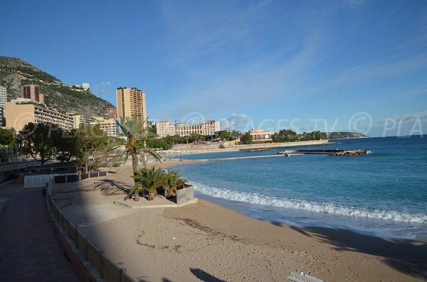 Rampe d'accès pour les personnes à mobilité réduite à la plage de Monaco