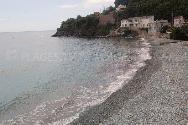 Plage de galets à Lavasina proche de Bastia