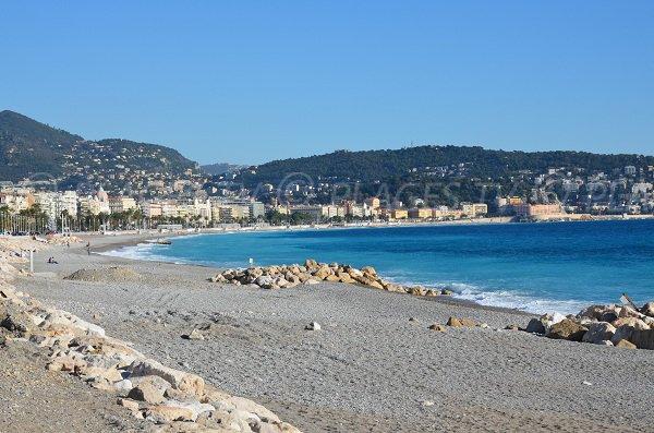 Plage de galets de Lenval avec vue sur Nice