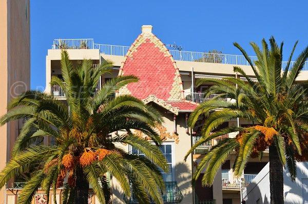 Maison avec un chapeau rouge à proximité de la plage de Lenval