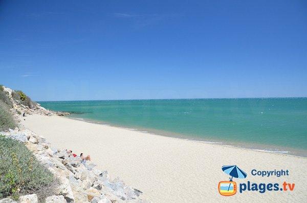 Photo de la plage de Leucate au pied des falaises