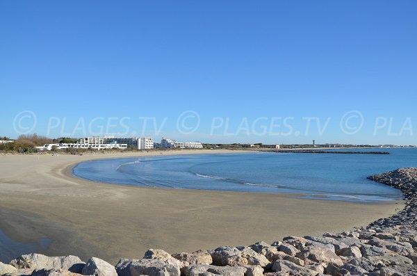 Photo de la plage du Levant à La Grande Motte avec vue sur le Grau du Roi
