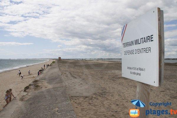 Plage le long du terrain de la marine à Plouhinec - 56