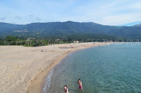 Plage de sable à Tiuccia au nord d'Ajaccio