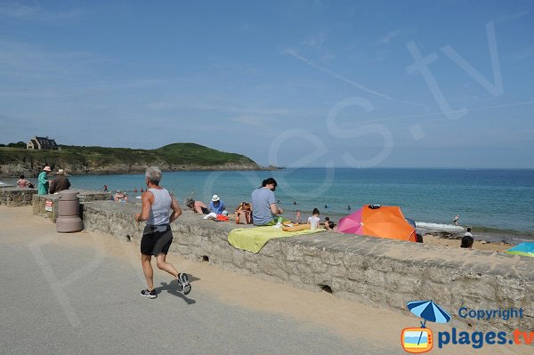 Digue le long de la plage de Longchamp à St Lunaire