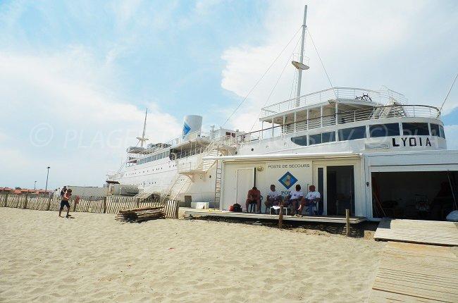 La nave da crociera Lydia, insabbiata sulla spiaggia di Port Barcarès