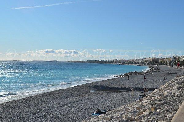 Vue sur l'ouest de Nice depuis la plage de Magnan