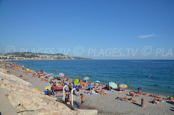Vue sur le Cap de Nice depuis la plage de Magnan