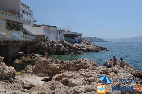 Rochers autour de la plage de Maldormé à Marseille