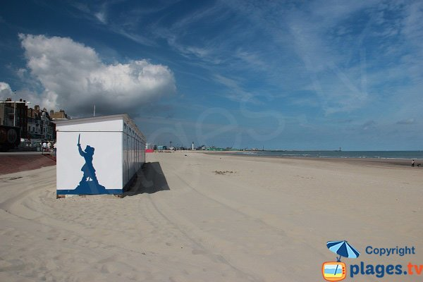 Photo de la plage centrale de Dunkerque avec vue sur le port