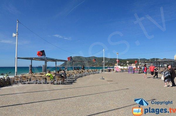Esplanade Henri Boeuf à La Seyne avec vue sur la plage