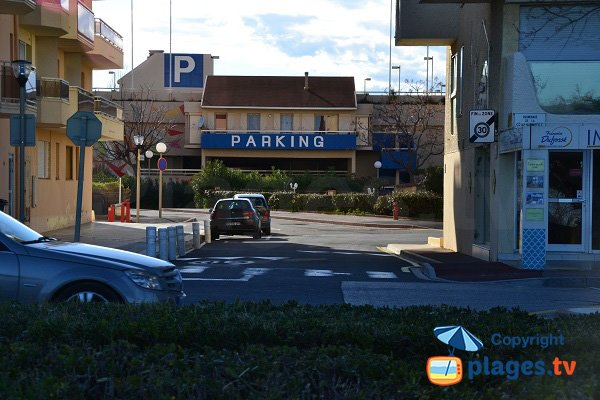 Parking payant en face de la plage de Marenda