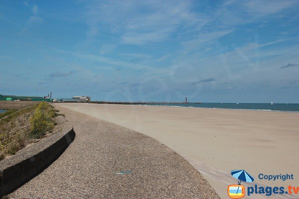 Plage à proximité de l'entrée du port de Dunkerque