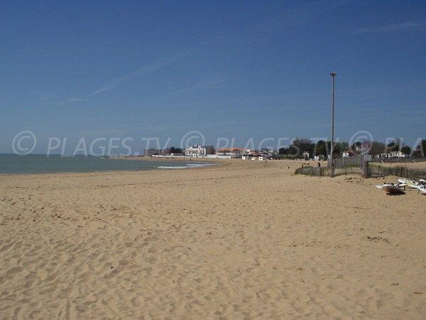 Plage de Maupas avec vue sur la plage centrale de La Tranche