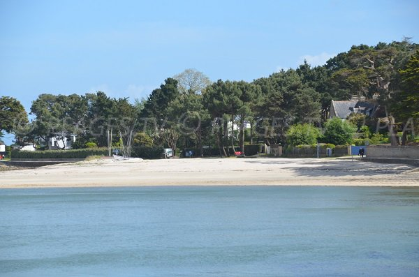 Beach next to the port of La Trinité accessible by the coastal trail