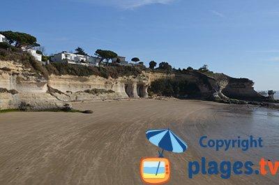 Meschers sur Gironde beach with cliffs - France