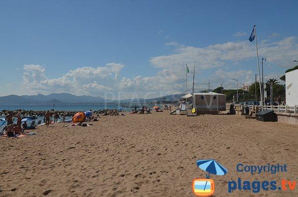Poste de secours sur la plage du Midi à Cannes