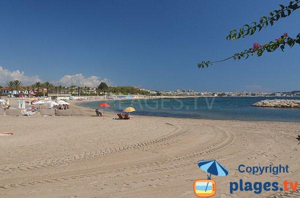 Belle plage de sable à Golfe Juan - Midi