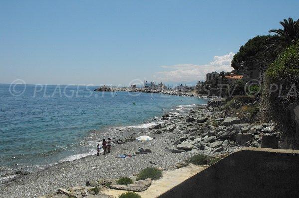 Plage de Ville di Pietrabugno avec vue sur le port de Toga