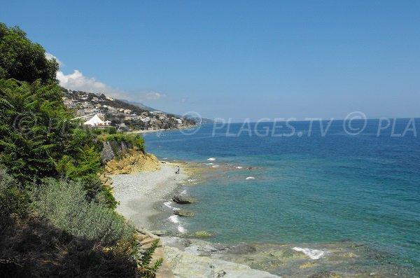 Crique de galets à Minelli au dessus de Bastia